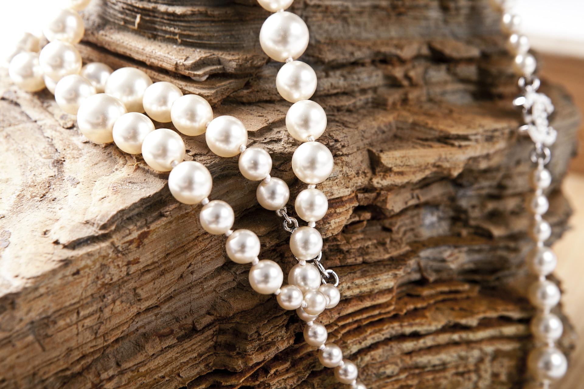 Collier avec perles de différents diamètres